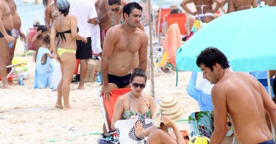 19.jan.2013 - Thierry Figueira curte a praia com a namorada, a oftalmologista Andressa Garcia