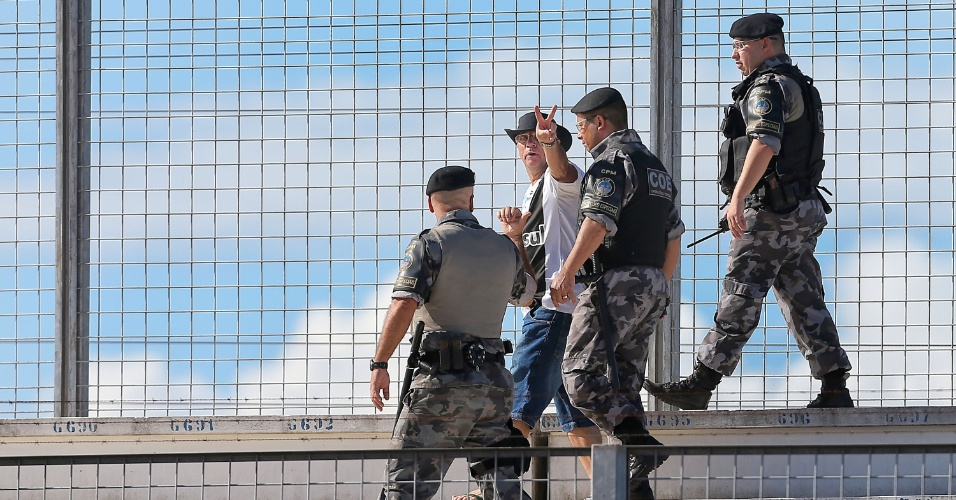 19.jan.2013 - Torcedor com a camisa do Grêmio é retirado pelos policiais da partida do rival Internacional contra o Passo Fundo, pelo Campeonato Gaúcho