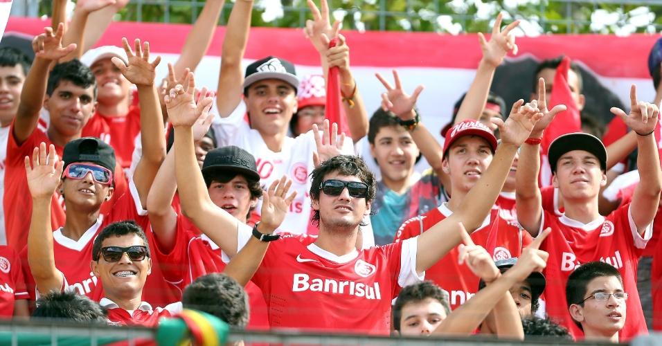 19.jan.2013 - Torcedores do Internacional aguardam o início da partida contra o Passo Fundo, no Complexo da Ulbra, em Canoas