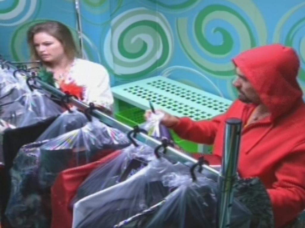 19.jan.2013 - Yuri e Natália pegam as roupas para a festa dda noite deste sábado, que terá Gabi Amarantos como atração