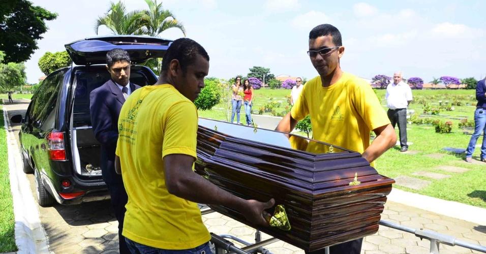 Assistentes de funerária em São José dos Campos levam caixão com de Walmor Chagas, no cemitério Parque das Flores, em São José dos Campos