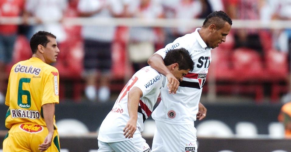 19.jan.2013 - Luis Fabiano (dir.) comemora com Osvaldo depois de abrir o placar para o São Paulo na partida contra o Mirassol, pelo Paulistão