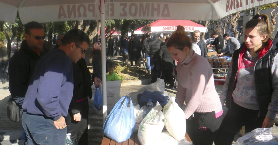 Agricultores vendem produtos em praça de Atenas
