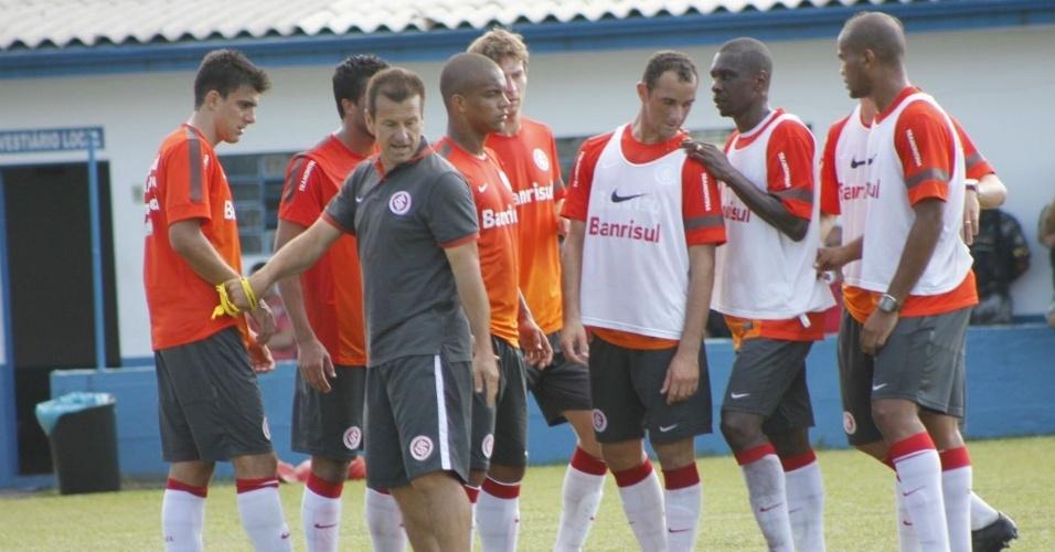 Dunga orienta jogadores antes de treino de bola parada, em Gramado (16/01/13)