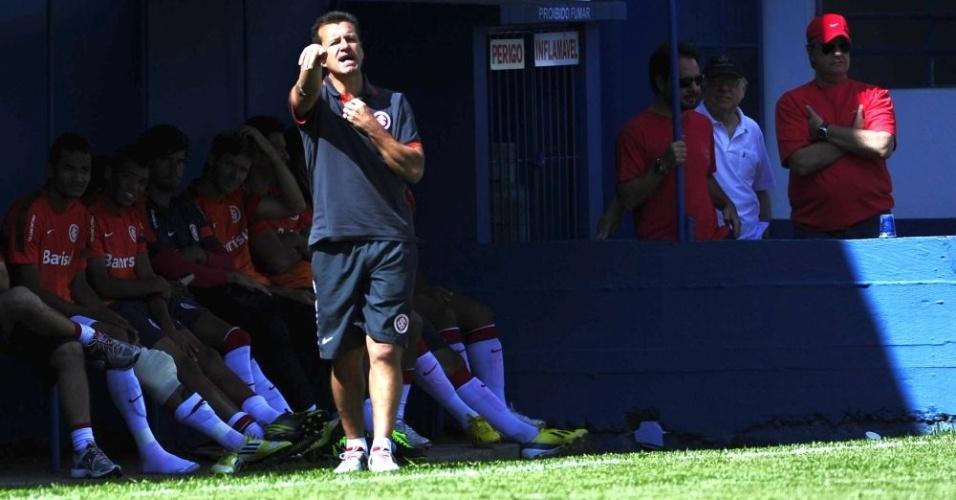 Dunga orienta jogadores do Inter durante jogo-treino, em Gramado (19/01/13)