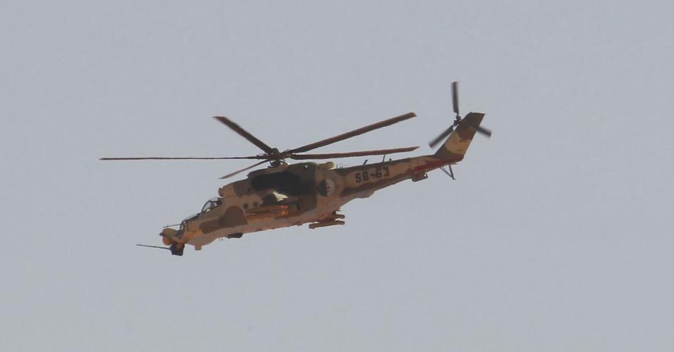 Helicóptero militar argelino sobrevoa a cidade de In Amenas, ao sudeste da capital Argel, onde rebeldes islâmicos têm mantido estrangeiros reféns