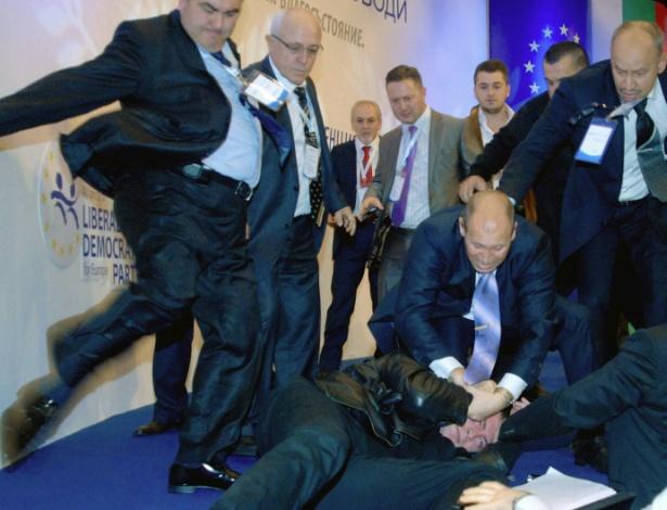 Homem (no chão) é agredido após ter atacado Ahmed Dogan, líder do partido MRF (movimento pelos direitos e liberdade, em tradução livre), que representa a minoria turca que vive na Bulgária