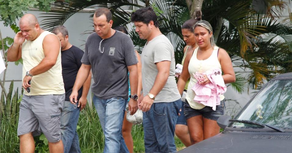 Parentes da criança de apenas um ano de idade que foi morta em uma tentativa de assalto em Belford Roxo, na Baixada Fluminense, chegam ao IML