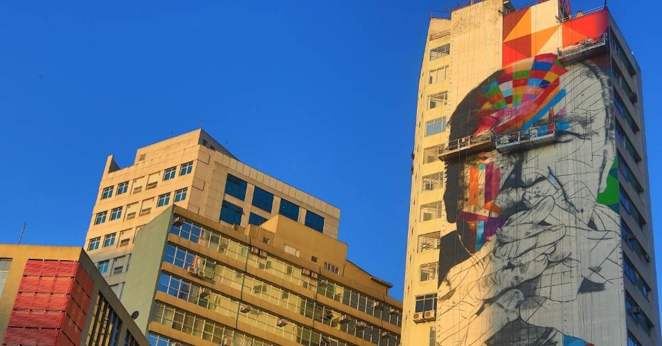 Rosto do arquiteto Oscar Niemeyer é pintado em prédio na região da avenida Paulista