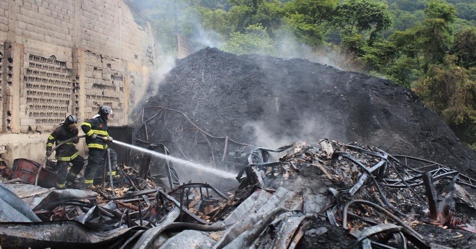 Um incêndio de grandes proporções atingiu uma fábrica de reciclagem de papelão na cidade de Embu das Artes, na Grande São Paulo