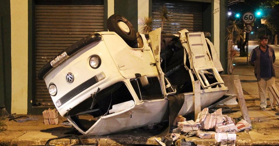 Veículo que entregava jornais capotou ao colidir com outro na madrugada deste sábado na zona norte de São Paulo