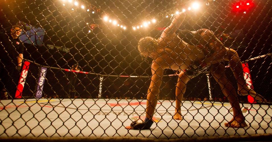 19.jan.2013 - A torcida não ficou satisfeita com a falta de ação dentro do octógono durante a luta entre Ronny Marques e Andrew Craig