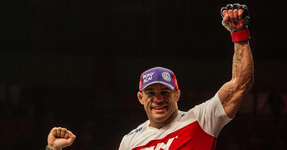 19.jan.2013 - Belfort sobe na grade para comemorar vitória sobre Bisping no UFC SP