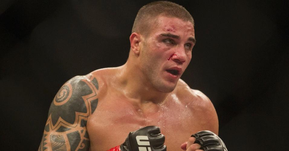 19.jan.2013 - Brasileiro Daniel Sarafian com sangue no rosto durante seu combate contra C.B. Dollaway