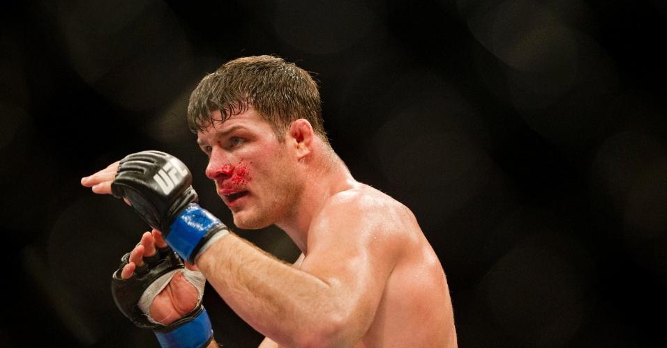 19.jan.2013 - Britânico Michael Bisping com sangue no rosto durante sua luta contra Vitor Belfort