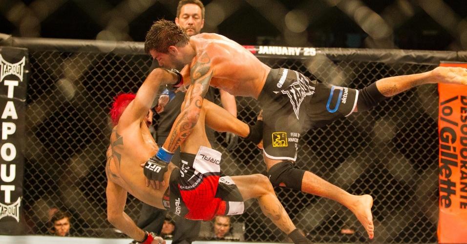19.jan.2013 - Godofredo Pepey e Miltinho Vieira caem no chão. De cabelo rosa, Pepey venceu a luta no UFC São Paulo