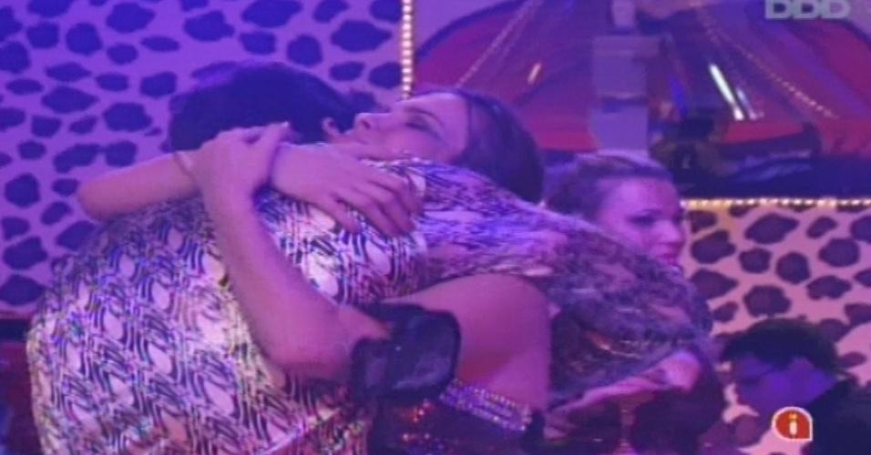 19.jan.2013 - Marcello e Kamilla dizem que na próxima semana já não serão alvo dos votos da casa e se abraçam