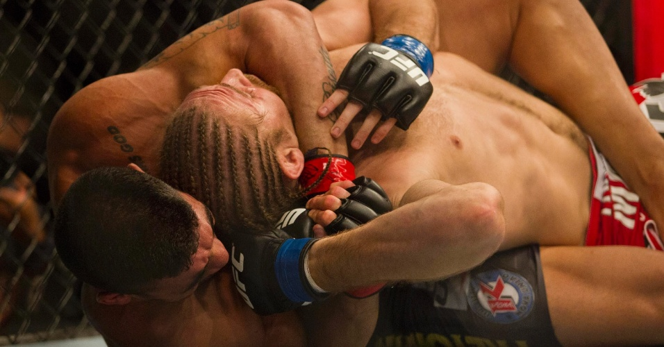 19.jan.2013 - O brasileiro Ronny Marques venceu o norte-americano Andrew Craig e chegou ao seu terceiro triunfo seguido no UFC