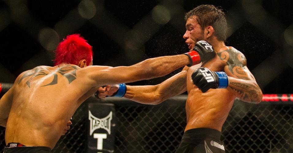 19.jan.2013 - Pepey acerta um direto no rosto de Miltinho. Ele venceu a luta em decisão dos juízes e foi vaiado pela torcida no Ibirapuera