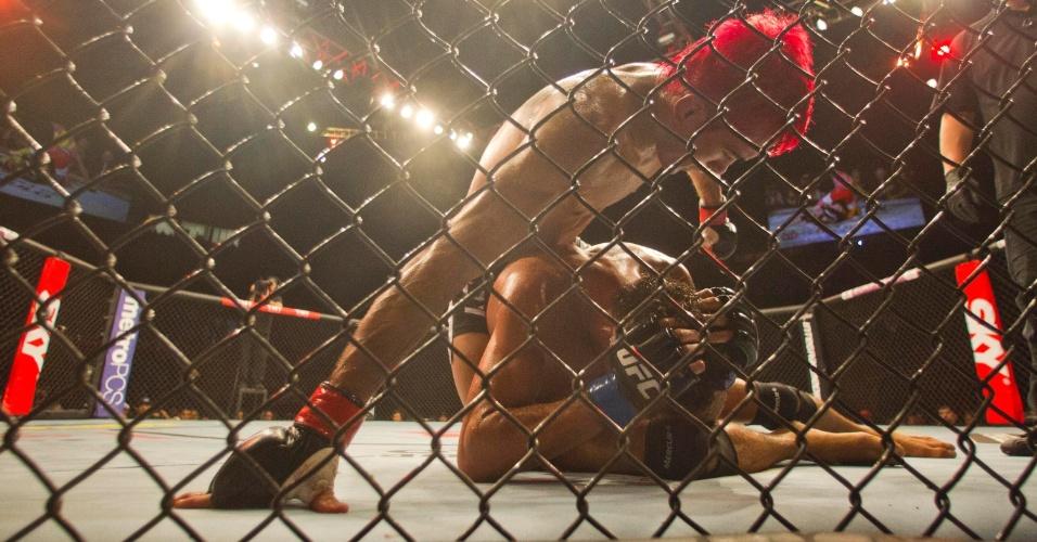 19.jan.2013 - Pepey dá socos em Miltinho. Ele venceu a luta em decisão dos juízes e foi vaiado pela torcida no Ibirapuera