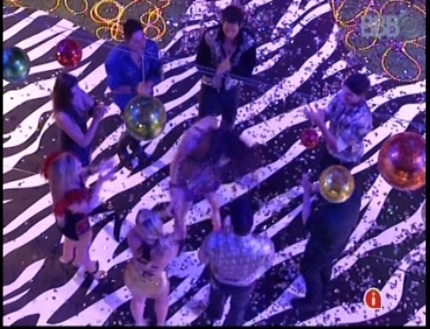 20.jan.2013 - Brothers dançam ao som de Gipsy Kings na festa Techno Brega