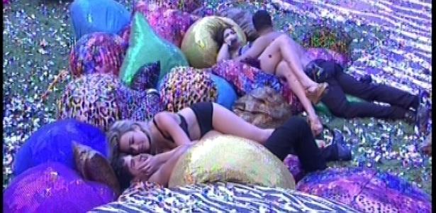 20.jan.2013 - Fernanda e André e Yuri e Kamilla foram os últimos a deixar a festa Techno Brega