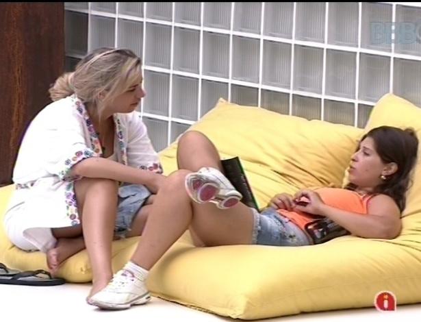 20.jan.2013 - Fernanda e Andressa falam sobre seus respectivos pretendentes no reality, André e Nasser