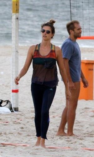 20.jan.2013 - Fernanda Lima joga futevôlei em praia do Rio