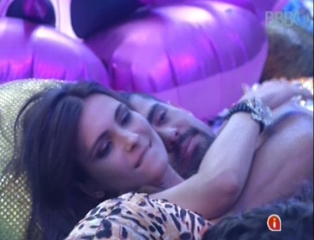 20.jan.2013 - Kamilla e Yuri terminam a noite abraçados no fim da festa Techno Brega