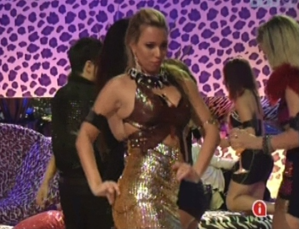 """20.jan.2013 - Marien dança ao som de """"Maria"""", de Rick Martin, na festa brega"""