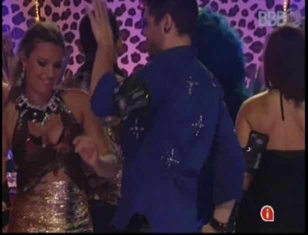20.jan.2013 - Nasser dança com Marien durante a festa Techno Brega