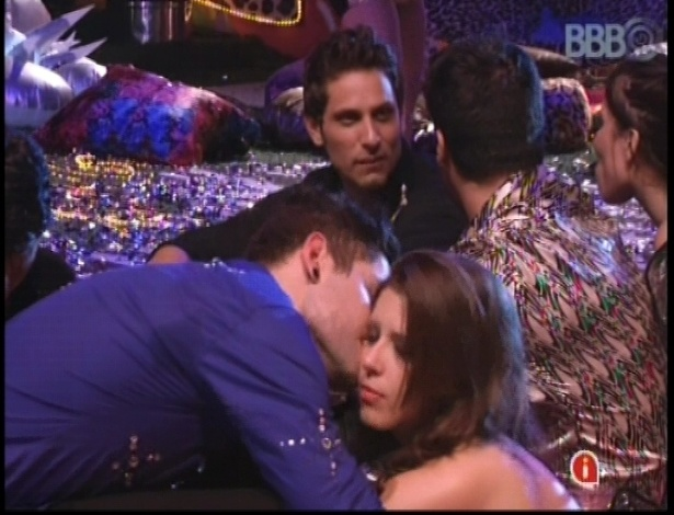 20.jan.2013 - Nasser e Andressa trocam carinhos durante a festa Techno Brega