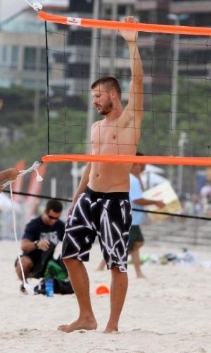 20.jan.2013 - Rodrigo Hilbert arruma rede em praia para jogar futevôlei do Rio
