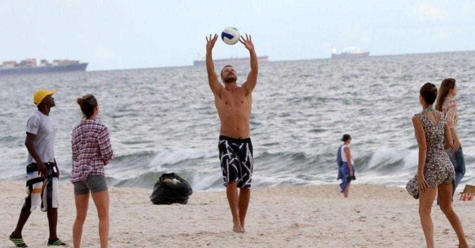 20.jan.2013 - Rodrigo Hilbert joga futevôlei em praia do Rio