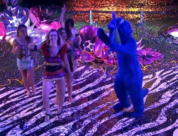 20.jan.2013 - Sisters dançam com convidado misterioso