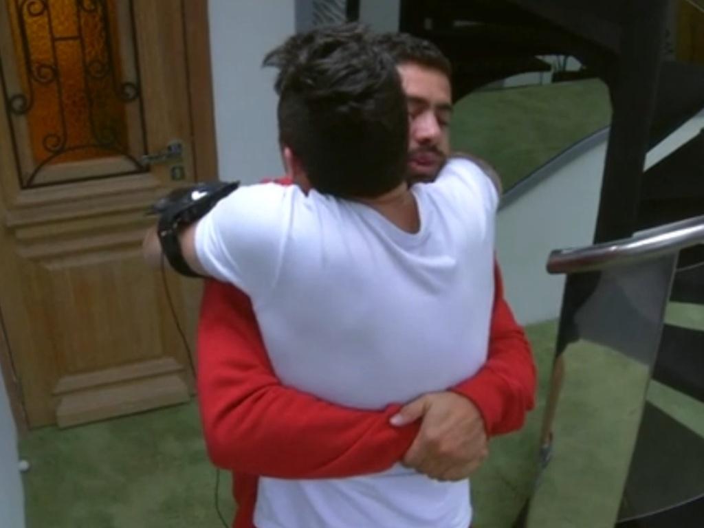 20.jan.2013 - Yuri e Nasser fazem as pazes depois da prova da comida. Os dois haviam discutido an festa de sábado devido a uma suposta fofoca feita pelo gaúcho