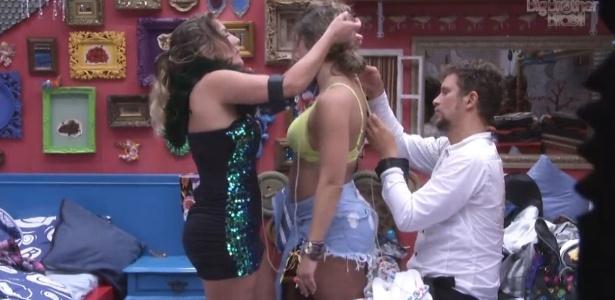 Anamara e Aslan ajudam Fani a trocar de roupa no quarto brechó