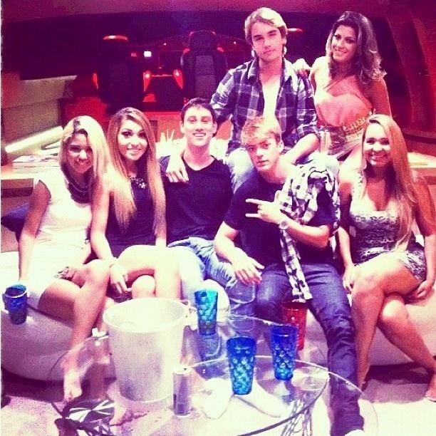 Babi Rossi (em pé) e Olin Batista curtem festa com amigos em Angra dos Reis