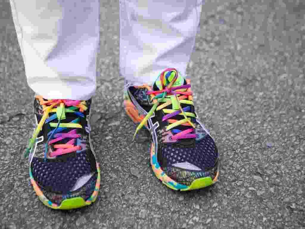 No detalhe, os tênis coloridos Asics de Lucas Fernandes (19/01/2013) - Patrícia Araújo/UOL