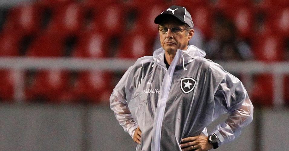Oswaldo de Oliveira observa a vitória do Botafogo sobre o Duque de Caxias na estreia pelo Carioca