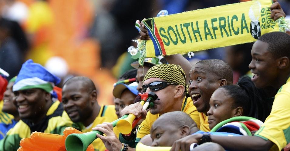 19.jan.2013 - As tradicionais vuvuzelas marcaram a presença da torcida da África do Sul no jogo contra Cabo Verde