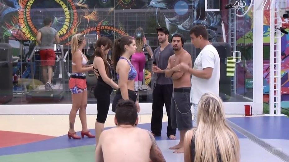 21.jan.2013 - Nasser e Fernanda observam os outros brothers durante a aula de dança