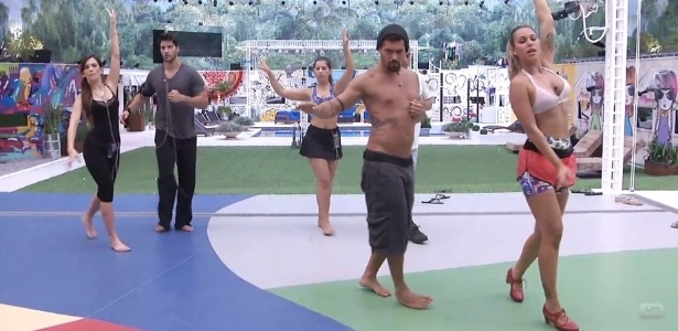 21.jan.2013 - A professora de flamenco Marien ensina os outros participantes a dançarem o ritmo