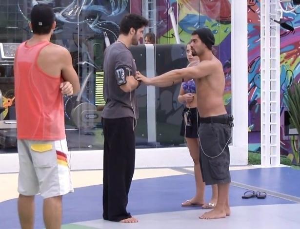 21.jan.2013 - Yuri tenta ensinar alguns passos de dança para Marcello