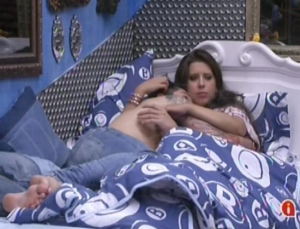 21.jan.2013 - Abraçados na cama, Nasser e Andressa conversam com outros brothers no quarto Brechó
