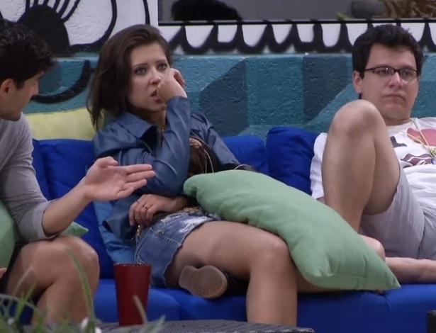21.jan.2013 - André, Andressa e Ivan lamentam a chuva forte que impede de as roupas secarem