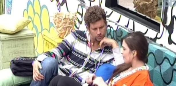 21.jan.2013 - Aslan e Kamilla conversam sobre o emparedado Dhomini do lado de fora da casa. Segundo os dois, Dhomini tem energia negativa e não contribui para a harmonia da casa