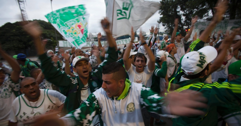21.jan.2013 - Cerca de 200 torcedores compareceram na Academia de Futebol para protestar antes da eleição