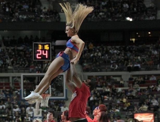 21.jan.2013 - Cheerleader do Detroit Pistons é jogada para o alto por dançarino em apresentação em jogo contra o Boston Celtics pela NBA