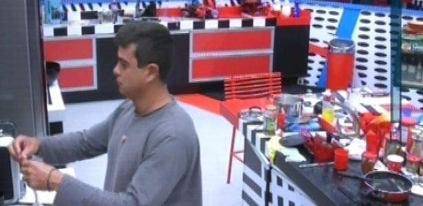 21.jan.2013 - Como de costume, Dhomini acorda antes que os outros participantes no reality
